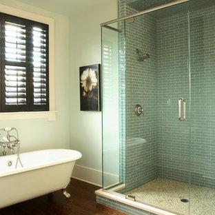 Immagine di una stanza da bagno chic con vasca con piedi a zampa di leone e pavimento marrone