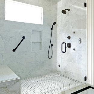 Ispirazione per una piccola stanza da bagno con doccia classica con lavabo sottopiano, doccia a filo pavimento, piastrelle grigie, piastrelle a mosaico, pareti bianche e pavimento in marmo