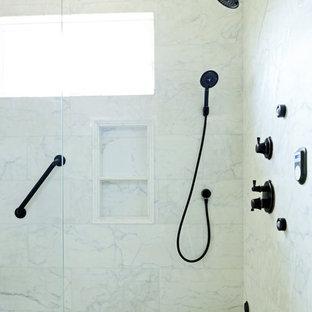 Foto di una piccola stanza da bagno con doccia chic con lavabo sottopiano, ante lisce, ante in legno bruno, top in quarzo composito, piastrelle marroni, piastrelle a mosaico e pavimento in gres porcellanato