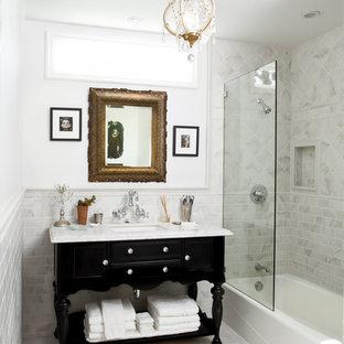 ロサンゼルスのトラディショナルスタイルのおしゃれな浴室 (サブウェイタイル、家具調キャビネット、黒いキャビネット) の写真