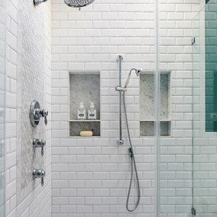 Idéer för mellanstora vintage grått en-suite badrum, med luckor med upphöjd panel, vita skåp, ett fristående badkar, en hörndusch, en toalettstol med hel cisternkåpa, vit kakel, keramikplattor, gröna väggar, marmorgolv, ett undermonterad handfat, marmorbänkskiva, grått golv och dusch med gångjärnsdörr