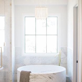 Неиссякаемый источник вдохновения для домашнего уюта: главная ванная комната среднего размера в стиле модернизм с фасадами в стиле шейкер, серыми фасадами, японской ванной, двойным душем, унитазом-моноблоком, белой плиткой, мраморной плиткой, белыми стенами, мраморным полом, врезной раковиной, мраморной столешницей, разноцветным полом, душем с распашными дверями и белой столешницей