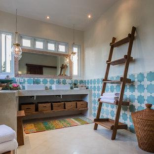 Imagen de cuarto de baño principal, ecléctico, pequeño, con lavabo sobreencimera, armarios abiertos, encimera de cemento, ducha esquinera, sanitario de dos piezas, baldosas y/o azulejos beige, baldosas y/o azulejos de porcelana, paredes blancas y suelo de baldosas de porcelana