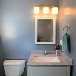 Ispirazione per una stanza da bagno con doccia classica di medie dimensioni con ante lisce, ante bianche, doccia alcova, pavimento in vinile, lavabo sottopiano, top in onice, pavimento grigio, doccia con tenda e top grigio