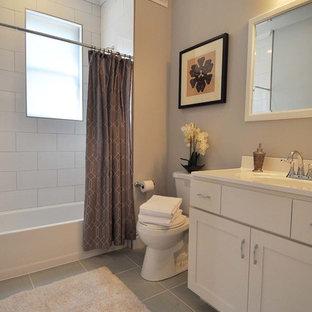 Foto di una stanza da bagno per bambini chic di medie dimensioni con ante in stile shaker, ante bianche, vasca/doccia, piastrelle bianche, piastrelle in ceramica, pareti grigie e pavimento in legno massello medio
