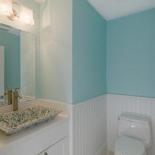 Foto di una stanza da bagno tradizionale con ante a persiana, ante bianche e pareti blu