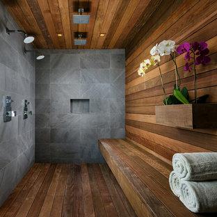 Idee per una grande stanza da bagno padronale design con doccia doppia, vasca freestanding, pareti beige, parquet scuro, lavabo a bacinella, top in legno, pavimento marrone e doccia aperta