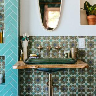 Imagen de cuarto de baño mediterráneo con combinación de ducha y bañera, baldosas y/o azulejos verdes, baldosas y/o azulejos de cerámica, paredes blancas, suelo de baldosas de cerámica, lavabo con pedestal, encimera de madera, suelo verde, ducha abierta y encimeras marrones