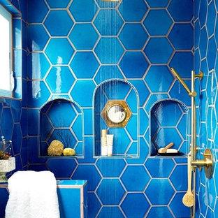 Eklektisches Badezimmer En Suite mit blauen Fliesen, Keramikfliesen, blauer Wandfarbe und Keramikboden in Los Angeles