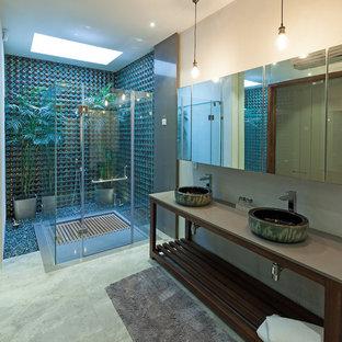 Foto de cuarto de baño contemporáneo, grande, con ducha esquinera, suelo de mármol, lavabo sobreencimera, suelo verde y ducha con puerta con bisagras