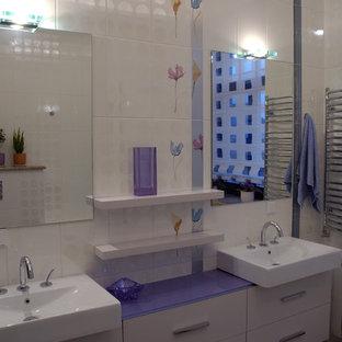 Inspiration för ett eklektiskt lila lila badrum för barn, med ett fristående handfat