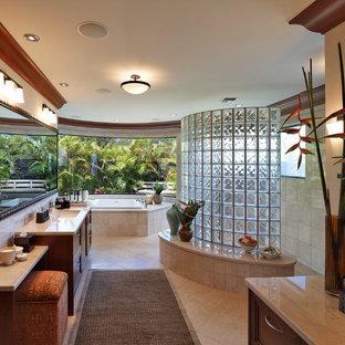 Idee per una grande stanza da bagno padronale tropicale con ante con riquadro incassato, vasca da incasso, piastrelle beige, piastrelle in ceramica, doccia aperta, pareti beige e lavabo sottopiano