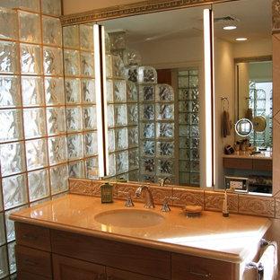 Klassisches Badezimmer En Suite mit profilierten Schrankfronten, hellen Holzschränken, Einbaubadewanne, Duschnische, Toilette mit Aufsatzspülkasten, Terrakottafliesen, weißer Wandfarbe, Unterbauwaschbecken, Quarzit-Waschtisch, Falttür-Duschabtrennung und türkiser Waschtischplatte in Hawaii