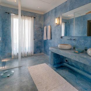 Ejemplo de cuarto de baño mediterráneo, grande, sin sin inodoro, con paredes azules, suelo azul, ducha abierta y encimeras azules