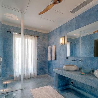 ハートフォードシャーの地中海スタイルのおしゃれなバスルーム (浴槽なし) (アルコーブ型シャワー、青い壁、ベッセル式洗面器、青い床、オープンシャワー、青い洗面カウンター) の写真