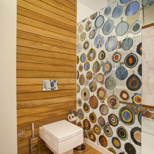 Idee per una stanza da bagno contemporanea con doccia alcova, WC sospeso e piastrelle effetto legno