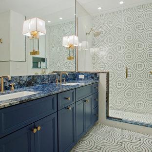 Badezimmer mit Schrankfronten mit vertiefter Füllung, blauen Schränken, Duschnische, blauen Fliesen, farbigen Fliesen, weißen Fliesen, Mosaikfliesen, Mosaik-Bodenfliesen, Unterbauwaschbecken, buntem Boden, Falttür-Duschabtrennung, blauer Waschtischplatte, Nische, Doppelwaschbecken und eingebautem Waschtisch in Baltimore