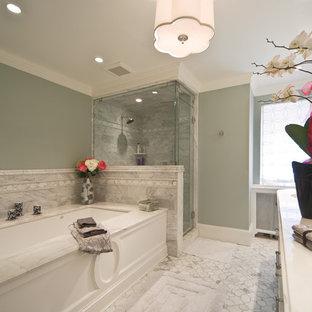 Esempio di una grande stanza da bagno padronale tradizionale con lavabo sottopiano, ante bianche, vasca sottopiano, doccia ad angolo, piastrelle grigie, piastrelle di marmo, pareti verdi, pavimento in marmo, top in marmo, pavimento bianco e porta doccia a battente