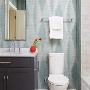 Mittelgroßes Modernes Duschbad mit Schrankfronten im Shaker-Stil, lila Schränken, Badewanne in Nische, Duschbadewanne, Toilette mit Aufsatzspülkasten, beigefarbenen Fliesen, Marmorfliesen, blauer Wandfarbe, Marmorboden, Unterbauwaschbecken, Marmor-Waschbecken/Waschtisch, weißem Boden und Duschvorhang-Duschabtrennung in Boston