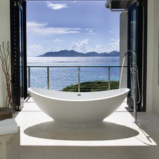Tropical Bathroom by Lee H. Skolnick Architecture & Design Partnership