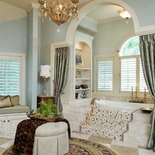 Foto de cuarto de baño tradicional con puertas de armario con efecto envejecido, baldosas y/o azulejos beige, baldosas y/o azulejos de travertino, paredes azules, encimera de granito, suelo beige y ducha abierta