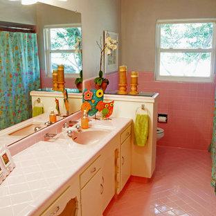 Idee per una stanza da bagno tradizionale con piastrelle rosa e pavimento rosa