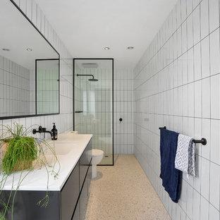 Выдающиеся фото от архитекторов и дизайнеров интерьера: маленькая главная ванная комната в современном стиле с открытым душем, белой плиткой, керамогранитной плиткой, белыми стенами, полом из терраццо, накладной раковиной, столешницей из искусственного кварца, белым полом, открытым душем, белой столешницей, плоскими фасадами и черными фасадами