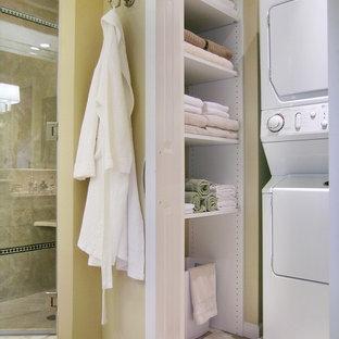 Immagine di una stanza da bagno chic con piastrelle beige e lavanderia