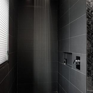 Esempio di una grande stanza da bagno moderna con doccia aperta, piastrelle nere, piastrelle in ceramica, pareti nere, pavimento con piastrelle in ceramica e doccia aperta