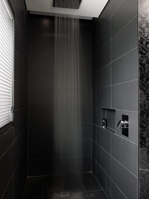 Stanza da bagno con piastrelle nere e piastrelle in - Piastrelle bagno nere ...