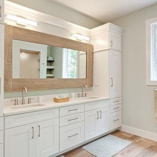 Idée de décoration pour une grand douche en alcôve principale design avec un placard à porte shaker, des portes de placard blanches, un plan de toilette en quartz modifié, une baignoire indépendante, un carrelage beige, un mur bleu, un sol en carrelage imitation parquet, un lavabo encastré, un sol beige, une cabine de douche à porte battante, un plan de toilette blanc, meuble double vasque et meuble-lavabo encastré.