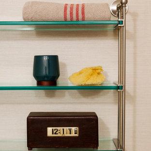 Ispirazione per una piccola sauna tradizionale con lavabo sottopiano, ante con riquadro incassato, ante in legno scuro, top in quarzo composito, vasca ad alcova, WC a due pezzi, piastrelle bianche, piastrelle in ceramica, pareti beige e pavimento in gres porcellanato
