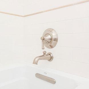 Esempio di una piccola sauna tradizionale con lavabo sottopiano, ante con riquadro incassato, ante in legno scuro, top in quarzo composito, vasca ad alcova, WC a due pezzi, piastrelle bianche, piastrelle in ceramica, pareti beige e pavimento in gres porcellanato