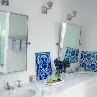 ロサンゼルスのトラディショナルスタイルのおしゃれな浴室 (アンダーカウンター洗面器、白いキャビネット、白いタイル、サブウェイタイル) の写真