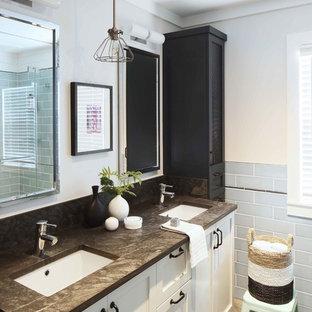 Esempio di una stanza da bagno per bambini chic con ante in stile shaker, ante blu, vasca ad alcova, piastrelle blu, piastrelle in ceramica, pareti bianche, pavimento in gres porcellanato, lavabo sottopiano, top in quarzite e pavimento verde