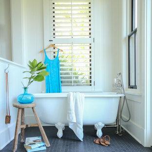 Imagen de cuarto de baño costero, grande, con bañera con patas, paredes blancas y suelo con mosaicos de baldosas