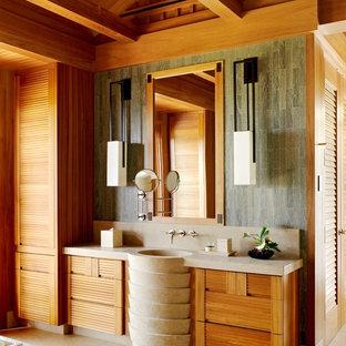 Diseño de cuarto de baño exótico con armarios con puertas mallorquinas, puertas de armario de madera oscura, baldosas y/o azulejos marrones, baldosas y/o azulejos grises, paredes marrones, lavabo con pedestal y suelo beige