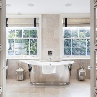 ロンドンのトランジショナルスタイルのおしゃれなバスルーム (浴槽なし) (オープンシェルフ、置き型浴槽、ベージュのタイル、ベージュの壁、竹フローリング) の写真