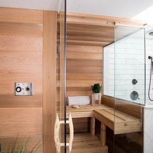 Foto di una piccola sauna minimalista con ante lisce, ante in legno scuro, doccia alcova, WC monopezzo, pareti bianche, pavimento con piastrelle in ceramica, lavabo integrato, top in quarzo composito, pavimento nero e doccia aperta