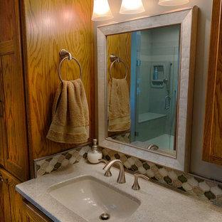 Esempio di una stanza da bagno padronale minimalista di medie dimensioni con ante beige, doccia doppia, piastrelle beige, piastrelle di vetro, top in onice e top beige