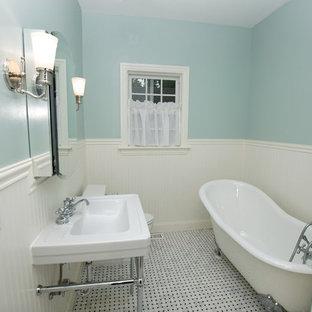Foto de cuarto de baño con ducha, clásico, de tamaño medio, con bañera con patas, lavabo suspendido, paredes azules, sanitario de dos piezas y suelo de linóleo