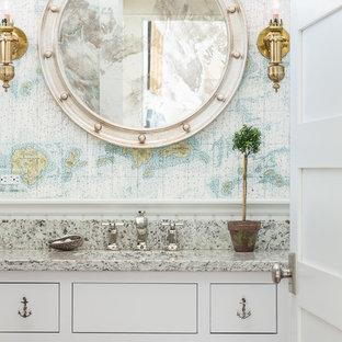 Foto di una stanza da bagno stile marinaro con ante con riquadro incassato, ante bianche, pareti multicolore e top grigio