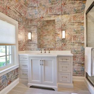 Foto di una stanza da bagno per bambini chic di medie dimensioni con ante lisce, ante grigie, doccia alcova, WC monopezzo, piastrelle bianche, pareti multicolore, pavimento in gres porcellanato, lavabo sottopiano, pavimento grigio, porta doccia scorrevole e top bianco