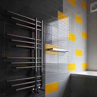 Imagen de cuarto de baño infantil, ecléctico, de tamaño medio, con armarios tipo mueble, puertas de armario blancas, baldosas y/o azulejos grises, baldosas y/o azulejos de cerámica y suelo de linóleo