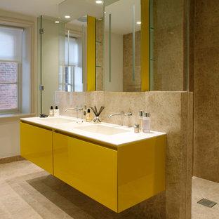 Idéer för att renovera ett funkis badrum, med gula skåp
