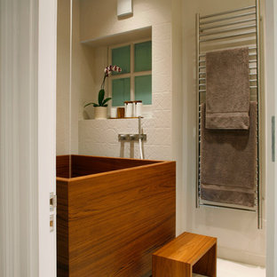 Idée de décoration pour une petit salle de bain design avec un bain japonais et un carrelage beige.