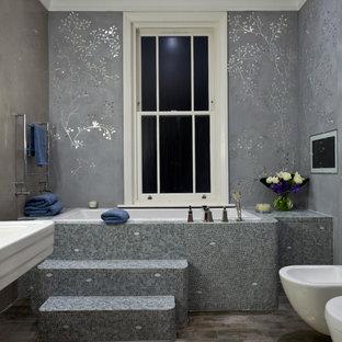 Modelo de cuarto de baño principal, clásico, grande, con bañera encastrada, bidé, paredes grises, armarios con paneles lisos, ducha empotrada, suelo de baldosas de cerámica y baldosas y/o azulejos grises