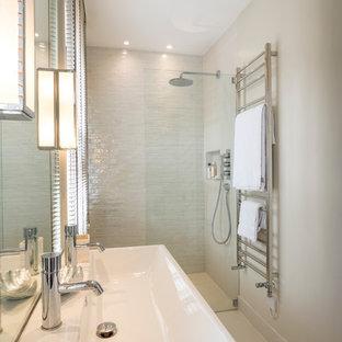 Esempio di una stanza da bagno bohémian con lavabo rettangolare, piastrelle grigie, piastrelle di vetro, pareti grigie e doccia a filo pavimento