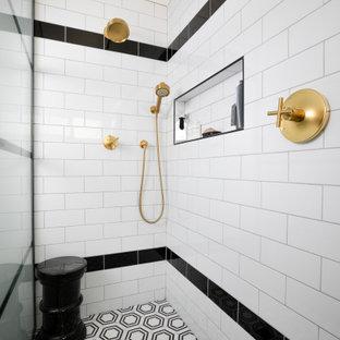 Foto di una stanza da bagno padronale industriale con piastrelle bianche, piastrelle in gres porcellanato, pareti bianche, pavimento in gres porcellanato, top in quarzite, pavimento multicolore, porta doccia a battente, top bianco e panca da doccia