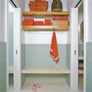 Immagine di una stanza da bagno design con piastrelle a mosaico e pavimento con piastrelle a mosaico